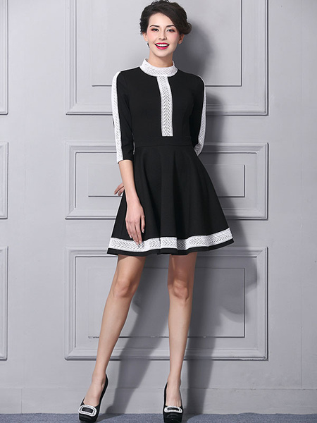 Bequemes Kleid aus Brokat mit Stehkragen und Falten und Farbblock in Schwarz