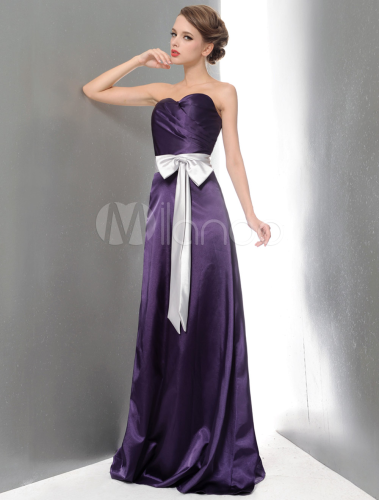 robe demoiselle d 39 honneur a ligne violette fonc e en satin stretch encolure coeur. Black Bedroom Furniture Sets. Home Design Ideas