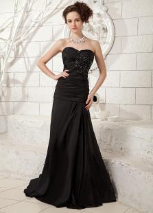 Vestido de noche negro de satén elástico con escote de corazón de línea A de cola larga