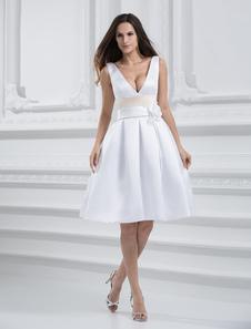 Image of Vestito da sposa bianco chic & moderno in raso al ginocchio con scollo a V con cintura