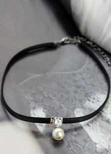 Image of Collarino nero collana dettaglio Chic perla collana corta