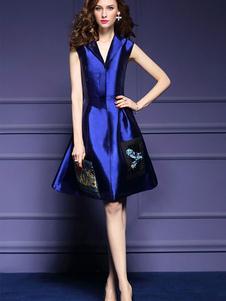 Image of Vestito plissettato blu reale ricamato lungo fino al ginocchio di poliestere smanicato con intaglio a V abbigliamento giornaliero monocolore donna