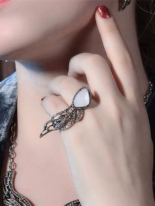 Image of Gioiello d'epoca con anello d'argento e gioielli d'e