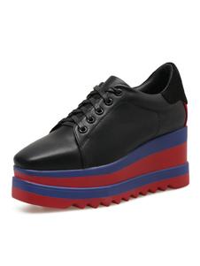 Chaussures de sport noires à bout pointu à lacets et à lacets