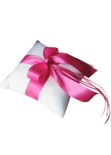 Almohada blanca para anillos con lazo rosa