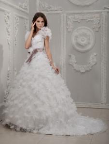 Свадебное платье бальное в виде сердца с церемониальным шлейфом из кружева с бусинами