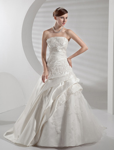 Свадебное платье бальное без бретелек со шлейфом из атласа с бусинами