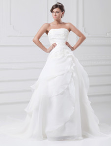 Vestido de novia blanco de tul de línea A sin tirantes de cola larga