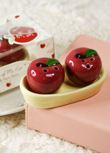 apple-of-my-eye-apple-salt-pepper-shakers
