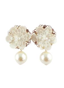 Image of Favoloso fiore bianco perla orecchio borchie