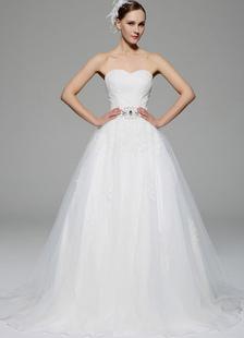 Marfil vestido de novia con escote en corazón y encaje