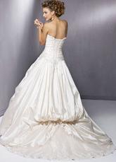 Элегантное свадебное платье на бретельках со шлейфом.