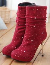 Модные ботинки красного на высоких каблуках.