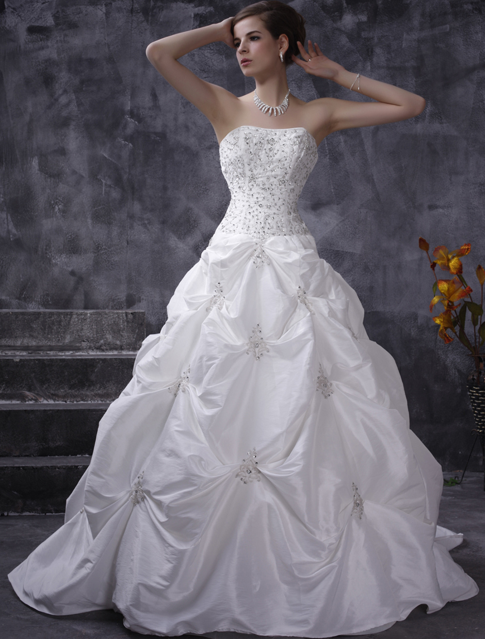 White Wedding Dresses Ball Gown Strapless Taffeta Ruched Bridal Dress Beading Chapel Train Bridal Gown