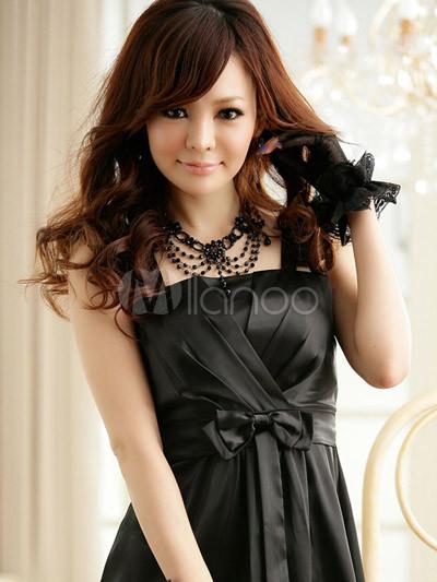 Черное вечернее платье на бретелях.
